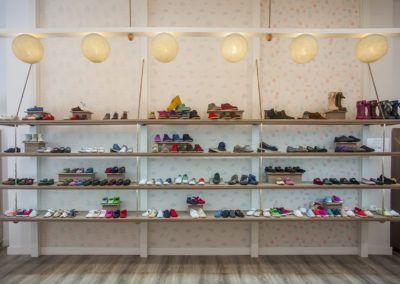 Fotografía profesional de interiorismo, tienda de calzado infan